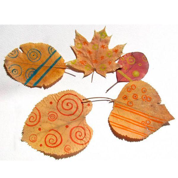 Также для росписи на листьях подходят обычные фломастеры. Правда, в таком случае рисунки получаются не настолько яркими, зато линии выходят более ровными, тонкими и четкими
