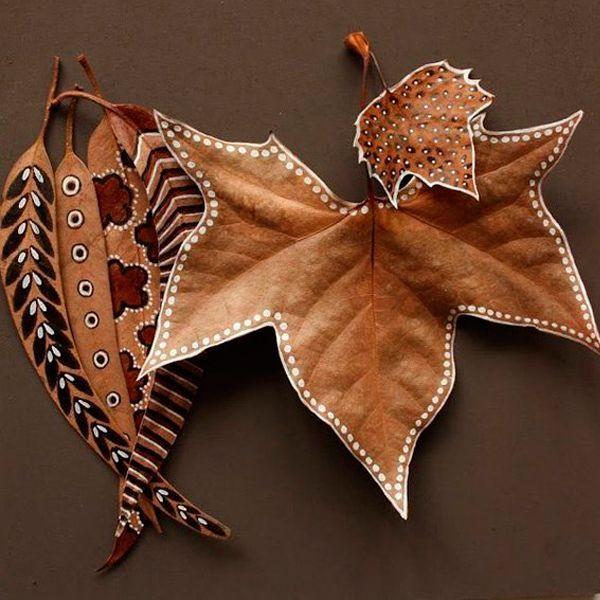 Удобно расписывать листья контурами. К тому же, конечный результат в таком случае смотрится более объемно и красиво. Контурные краски наносятся на поверхность точечно.