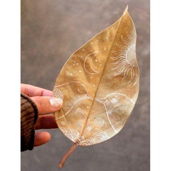 Самые тонкие листья - кленовые. Смотрятся они очень необычно благодаря сложной форме, но не сломать такой листок при хранении довольно трудно.