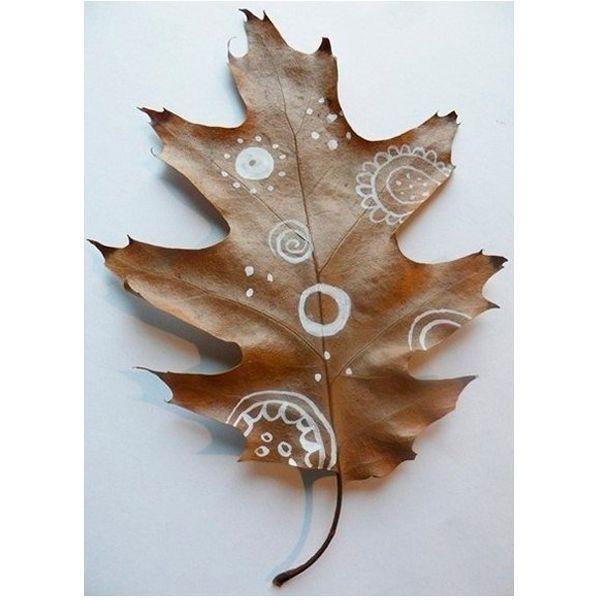 Дубовые листья также годятся для нанесения рисунков. Они имеют очень красивую форму. К тому же, он имеют плотную и жесткую структуру.