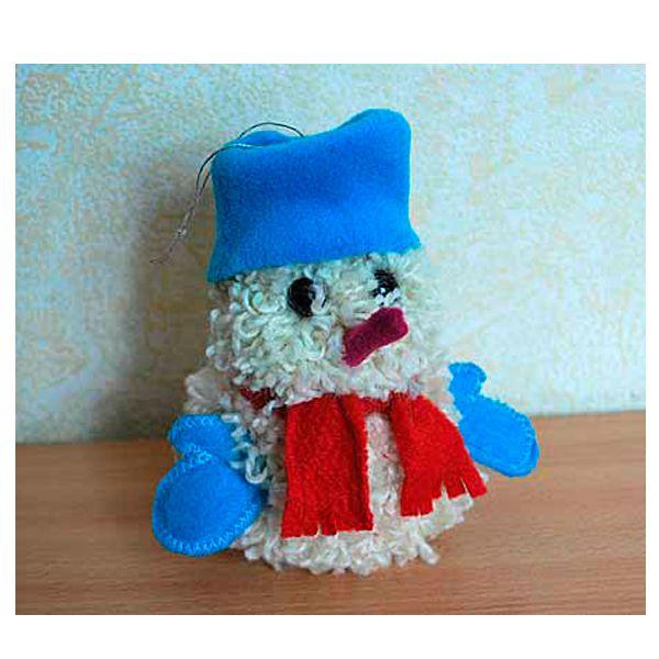 Из материалов нам понадобятся белая шерсть и обрезки ткани, чтобы наш снеговик встретил новый год прилично одетым и веселым. Если вы захотите сделать игрушки, чтобы украсить новогоднюю елку, снеговиков можно сделать разных цветов.