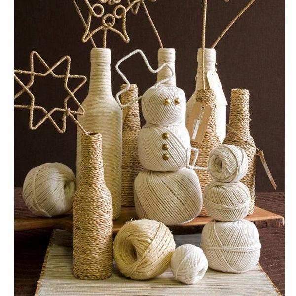 Бечевочный снеговик вообще не требует особых мозговых усилий. Просто возьмите 3 клубка различных размеров и соедините их.