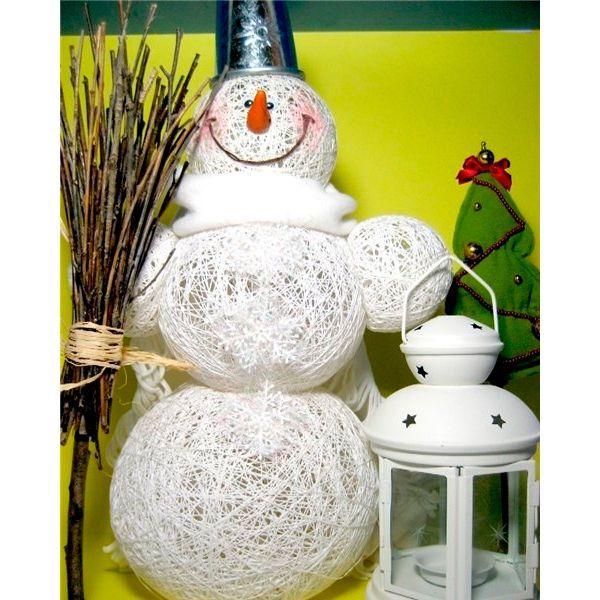 Для создания снеговика вам понадобятся клей ПВА примерно 150 мл, хлопковые нитки (например, снежинка) примерно 2 моточка, шарики и цыганская игла.