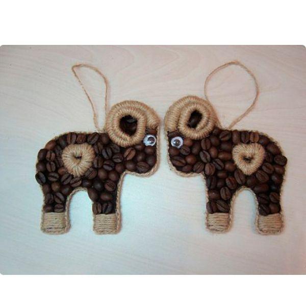 Таких очаровательных кофейных барашков можно сделать в виде елочных игрушек или магнитов на холодильник. Кофе для их декора можно купить самый дешевый, выбрав из него целые зерна.