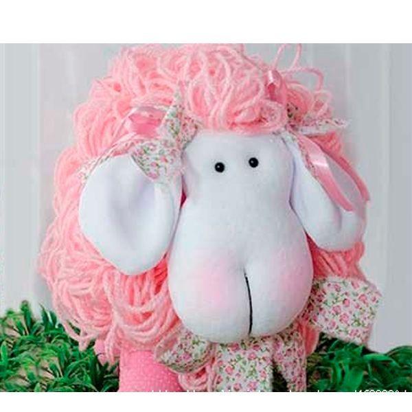 Для пошива этой гламурной овечки нам понадобится: флис белого цвета для мордочки, пестрая лента для декора, розовые нитки для вязания, розовая ткань, бусинки для глаз, румяна, наполнитель.