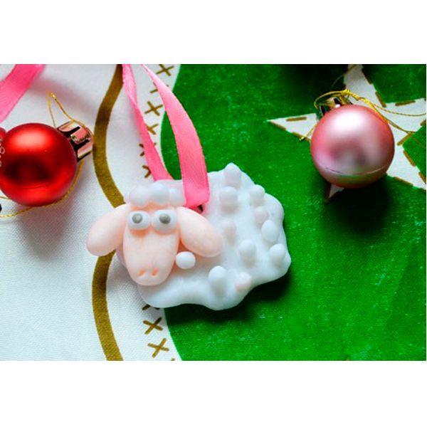 В этом мастер-классе мы расскажем, как изготовить овечку из полимерной глины в виде медальона. Такая детская новогодняя поделка, созданная своими руками, станет прекрасным подарком к празднику для близких людей.