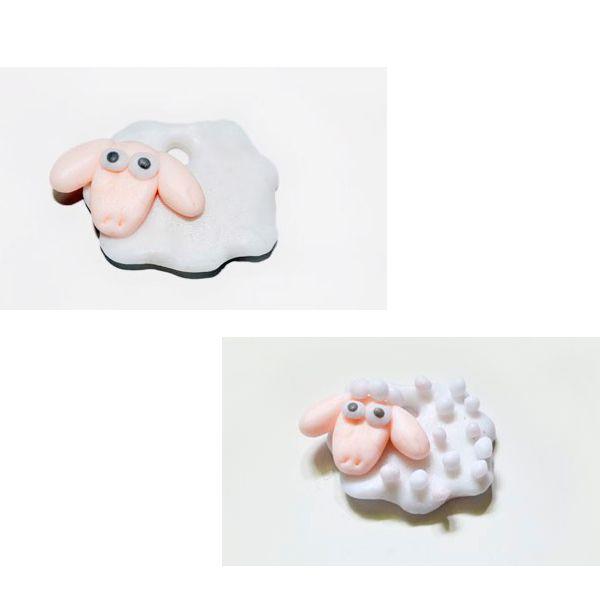 Прикрепляем глазки на мордочку овечки, а с помощью зубочистки или швейной иглы делаем носик в виде двух маленьких отверстий. Чтобы у нашей овечки появились характерные кудряшки, мы снова возьмём полимерную глину белого цвета и скатаем из неё множество маленьких шариков.