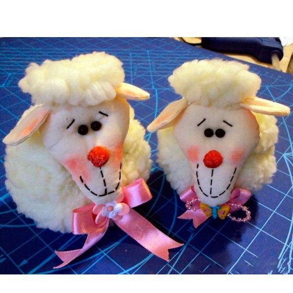 Для того чтобы сшить такую овечку, вам понадобится: искусственный мех, флис или другая гладкая ткань, наполнитель, розовая лента, черные бусины для глаз, нитки, румяна или тени.