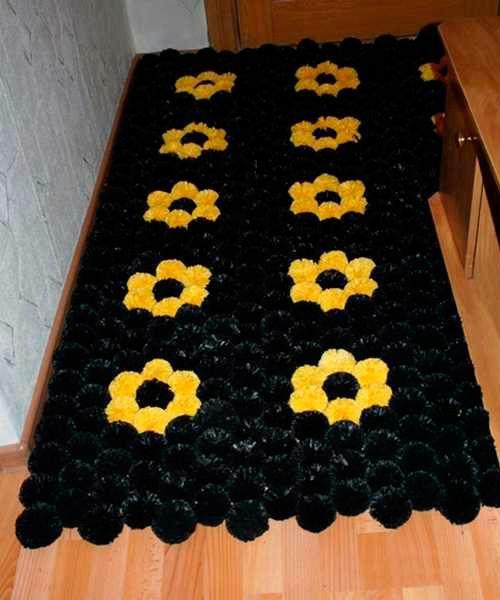Для коврика понадобится: несколько упаковок черных пакетов и примерно 40 пакетов желтого цвета, 2 картонные заготовки для шаблона, прочные любые шнуры для перевязывания помпонов, ножницы, прочная основа – в данном случае противомоскитная сетка нужного размера.