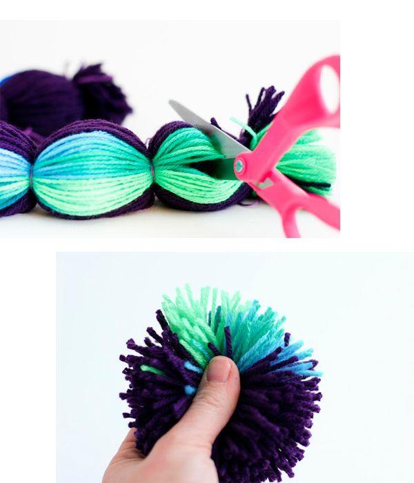 Разрежьте нити на одинаковые отрезки. Расправьте помпоны. Можно пришивать их к основе, чтоб получился коврик. Его форма может быть любой.