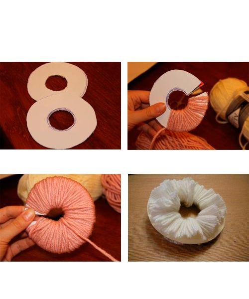 Из картона вырезаем основы – 2 одинаковых круга с отверстиями внутри. Ободок кругов разрезается. Круги накладываем друг на друга и начинаем наматывать на них нитки.