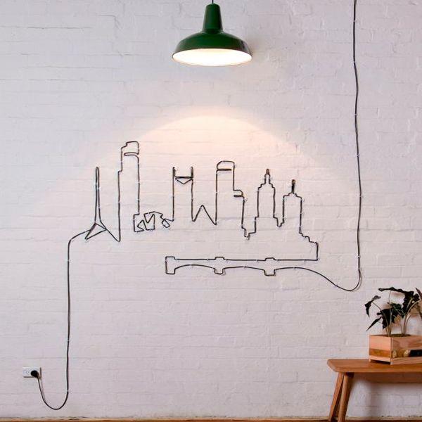 """Бывает так, что интернет-кабель оказывается слишком длинным, или шнур дизайнерской лампы оставляет за собой лишний """"хвост"""". В этом случае можно сделать настоящее произведение искусства, выложив на стене картину из провода."""