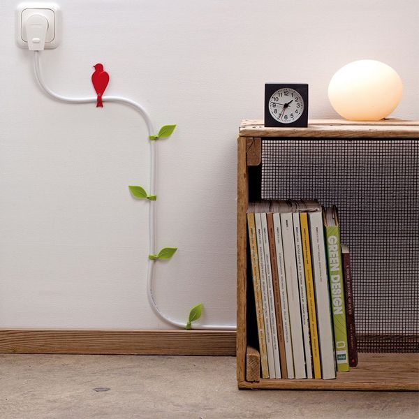 Несколько скобок для крепления кабеля, цветной картон, скотч, ножницы и немного фантазии, помогут сделать из любого провода оригинальное украшение интерьера.