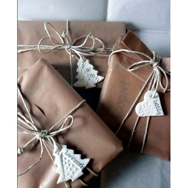 Можно сделать декор для подарка из соленого теста. Например, елочку или шапку Санта Клауса. Привяжите его к коробке бечевкой.
