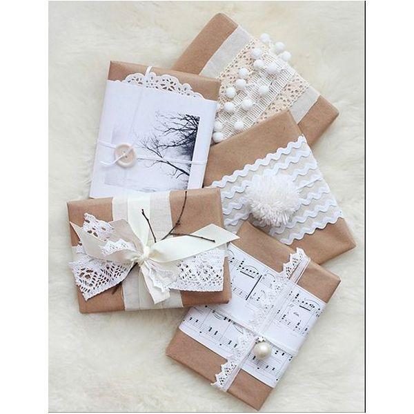Украсьте подарки различными мелочами — пуговицами и кружевами, маленькими фигурками в форме звезд и снежинок. Аккуратно привяжите их к упаковке при помощи лент, и ваш подарок станет самым запоминающимся из всех.
