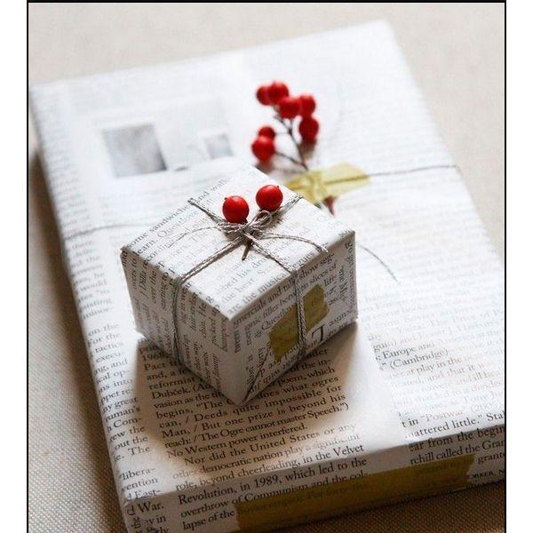 Если вы хотите оформить подарок оригинально, оберните его газетой. Важно украсить коробку чем-то ярким: лентой или веточкой рябины.