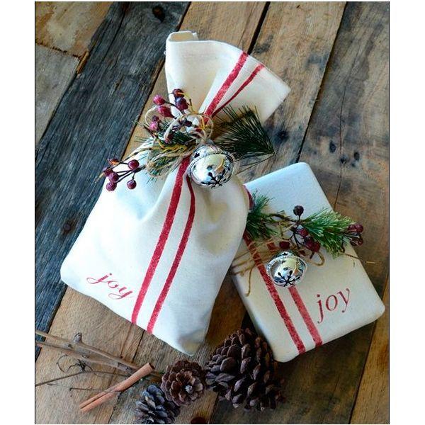 Можно дополнить упаковку подарка еловыми веточками и небольшими елочными игрушками, дождиком и колокольчиками. При декоре важно соблюдать меру.