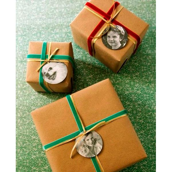 Кроме того, подарок можно украсить именным ярлыком, прикрепив его к ленте. Такая упаковка выглядит очень стильно! Если вы идете в гости и готовите подарки каждому члену семьи, сделайте им одинаковые упаковки.