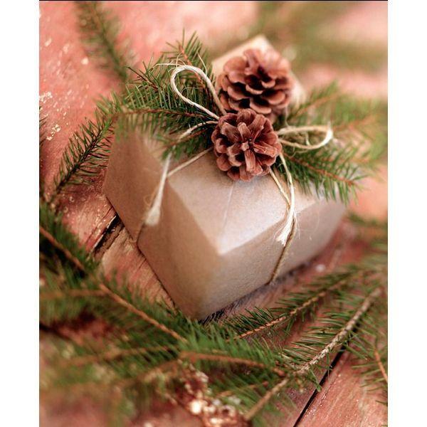 Оформить подарки можно также при помощи шишек, ягод и еловых веток. Приклеив эти украшения к оберточной бумаге, вы не только сделаете подарок оригинальнее, но и создадите волшебную предновогоднюю атмосферу.