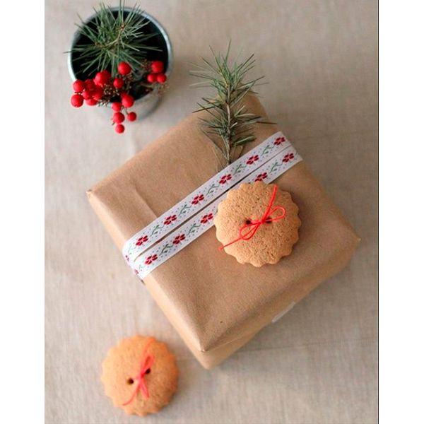 Детям будет приятно получить подарки, украшенные фруктами и сладостями. Чудесный фруктовый аромат создаст новогоднее настроение, а конфеты вызовут восторг у любого ребенка.