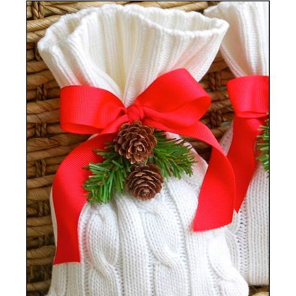 Чтобы сделать оригинальный и красивый подарок на Новый год, необязательно запасаться оберточной бумагой с рождественской тематикой. Упаковать подарки можно с помощью старых вещей из шерсти.