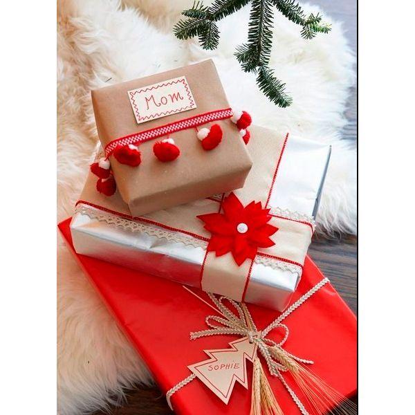 Традиционный цвет Нового года - красный. Используйте его в оформлении подарков. Такой цвет создает праздничное настроение. Не бойтесь добавлять разные мелочи: помпоны, елочки и ленты.