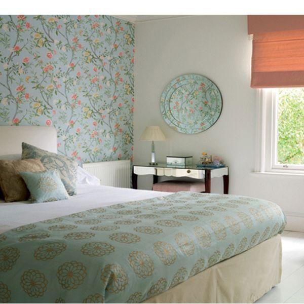 Здесь чаще всего дизайнеры фокусируют внимание на стене за изголовьем кровати. При этом акцент вовсе не обязательно должен быть ярким - вы можете выбрать нежные обои в тон постельному белью или другим текстильным элементам.