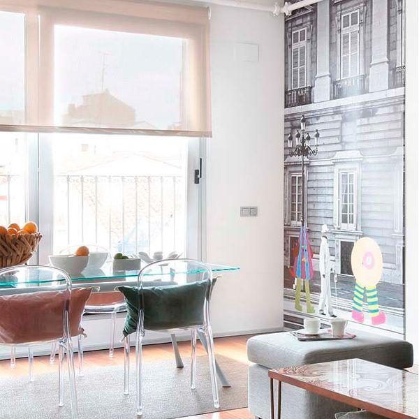 Минимум одна стена в небольшой кухне практически полностью закрыта кухонным гарнитуром, поэтому при помощи обоев или яркой краски чаще всего выделяют зону столовой. Этот несложный прием позволяет создать уютный уголок для семейных трапез.