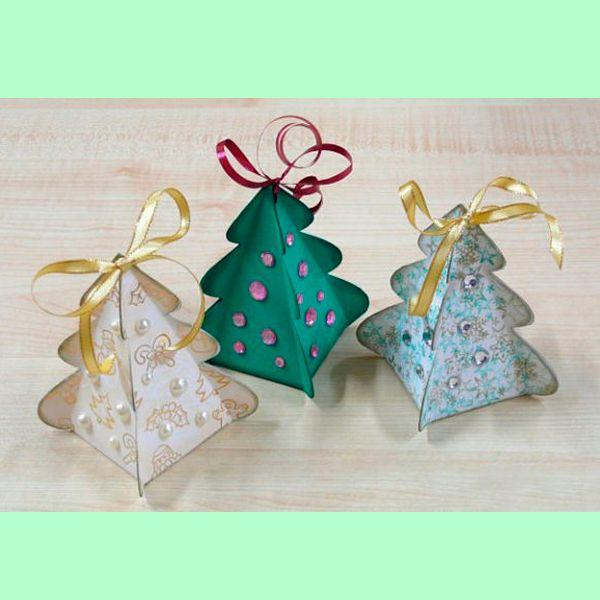 В такую нарядную коробочку в виде елки можно положить маленький сувенирчик или просто украсить новогоднюю елку. Делается она очень просто. Можно привлечь к процессу ребенка.