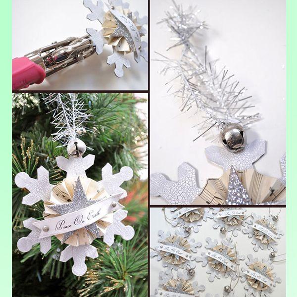 Приклейте снежинку к обратной стороне елочной игрушки. Сделайте петельку из дождика или красивой тесьмы. Игрушка готова!