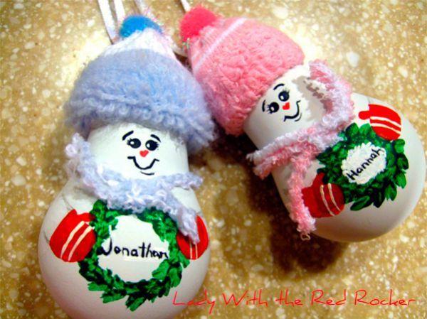 Елочные игрушки из перегоревших лампочек смотрятся ничуть не хуже, чем магазинные. Для декора вам понадобятся старые перчатки или носки, акриловая краска, клей, тесьма.