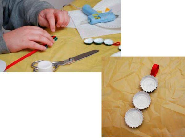 Покрасьте внутреннюю сторону каждого колпачка в белый цвет. Возможно, понадобится нанести несколько слоев. Приготовьте длинный кусок ленты. Приклейте к его нижней части 3-го колпачка. Можете добавить каплю клея между колпачками, чтобы они держались лучше вместе.