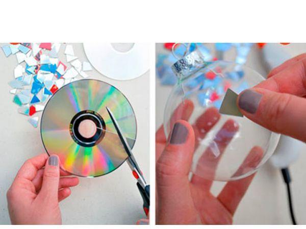 Острыми ножницами необходимо разрезать диск на мелкие кусочки. Делать это не так сложно, как может показаться на первый взгляд. С помощью горячего клея приклеиваем осколки к шарику.