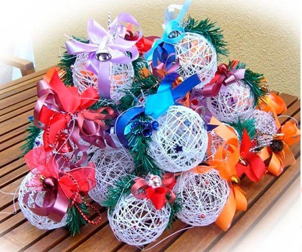 Для создания шарика из ниток нам понадобится:  воздушный шарик, хлопчатобумажные нитки, в данном варианте использован шпагат, клей ПВА, пластиковая бутылка и шашлычная палочка, а также банты и прочие элементы декора.