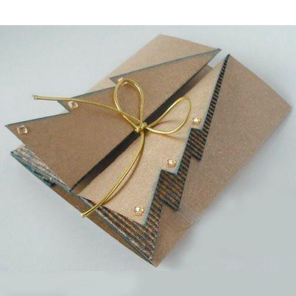 Такая открытка делается просто, а выглядит очень нарядно благодаря сдержанным тонам и объему. Приготовьте картон - обычный и гофрированный, бусинки, клей, блестки и золотистую тесьму.