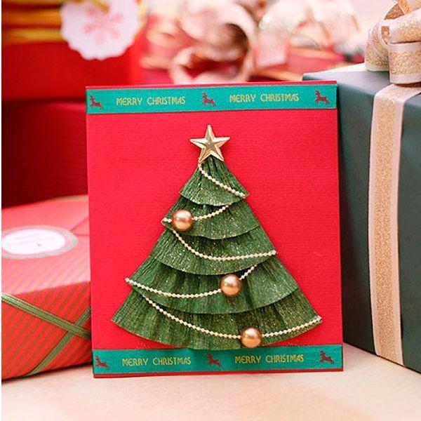 Для создания такой красочной новогодней открытки вам понадобится: красный картон, зеленая гофрированная бумага, ножницы, клей, декор: звезда, цепочка или шнур и бусины.
