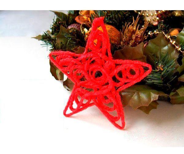 Для создания новогодней звезды вам понадобятся: нитки для вязания или шпагат, клей ПВА, неглубокая емкость (миска), небольшое количество воды, пенопласт, деревянные шпажки, зубочистки или портновские булавки, бумага, простой карандаш и ножницы.