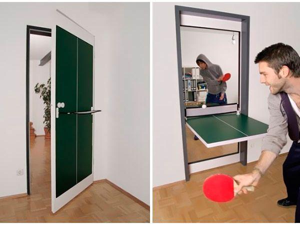 Совсем не трудно установить дверь, которая легко, одним движением руки, превращается в стол для настольного тенниса. Особенно актуально такое решение будет для комнаты, где живут подростки.