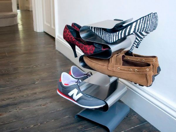 На такой полочке можно хранить обувь вертикально, что существенно экономит пространство. Высота полочки может быть разной.