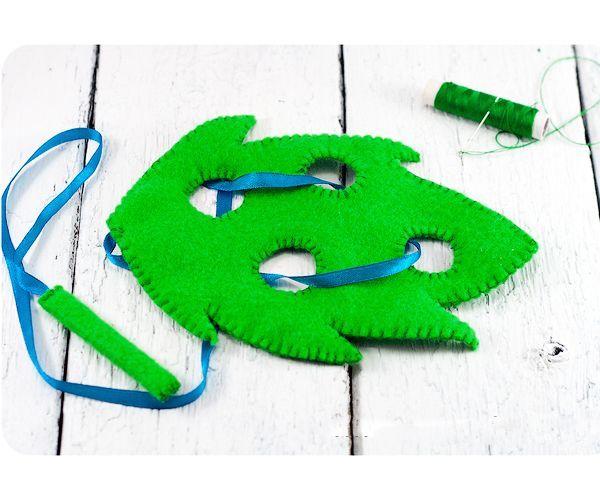 Сделать шнуровку своими руками для своего малыша очень легко. Приготовим для этого: фетр любой толщины, ленточку, шпажки деревянные, нитку с иголкой в тон фетру.