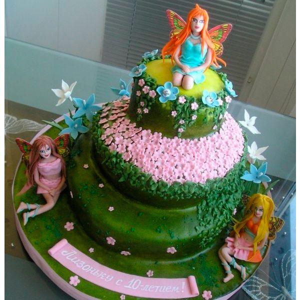 Хорошей идей для детей старшего возраста станет торт с сюрпризом. Приготовьте из бисквитных коржей многослойный торт. Смажьте их заварным или белковым кремом.