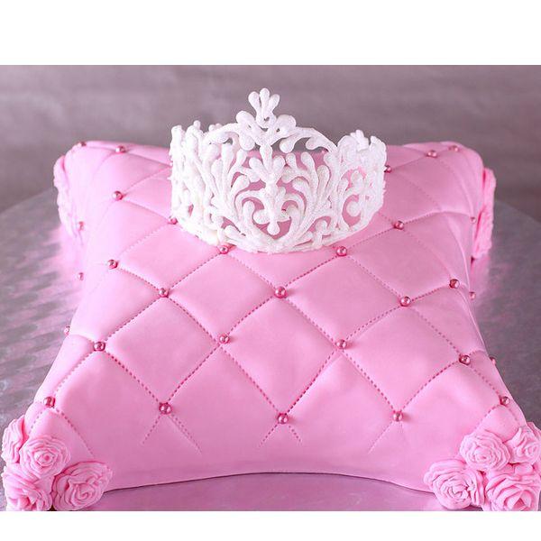 После того, как Вы испекли торт, нанесите на него крем. Если он сделан в виде какого-нибудь животного или фигуры, с помощью кондитерского шприца нанесите на поверхность узоры, подчёркивающие форму.