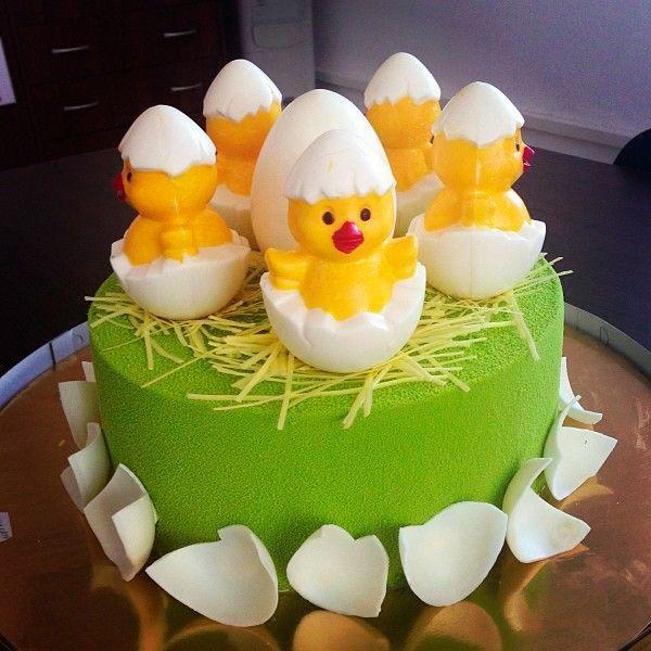 Чтобы украсить сладкое угощение, можно воспользоваться детскими рисунками любимых героев из мультфильмов, книжек или игр. Пусть малыш сам выберет героя, который будет возглавлять его именинный торт.
