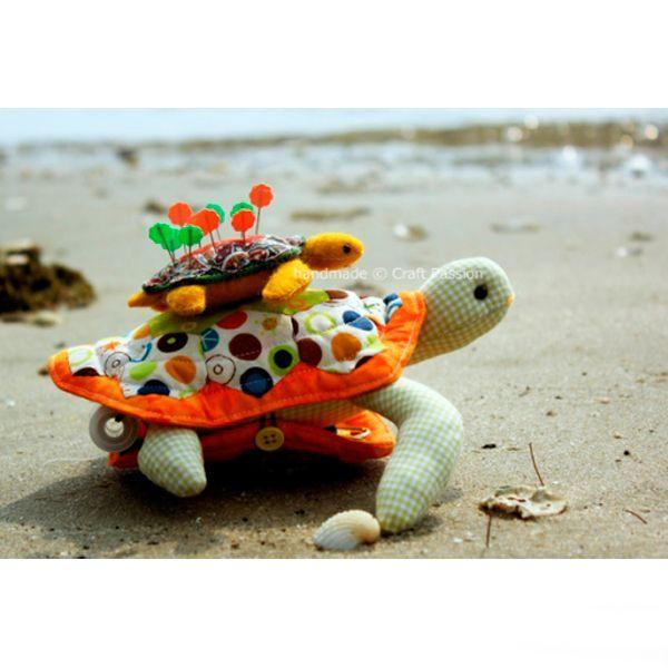 Предлагаю вашему вниманию простой и подробный мастер-класс по изготовлению оригинального и очень удобного органайзера для рукоделия, выполненный в виде морской черепахи. Органайзер удобен тем, что все необходимое будет находится на виду и под рукой, а при транспортировке, все содержимое органайзера останется на своих местах.