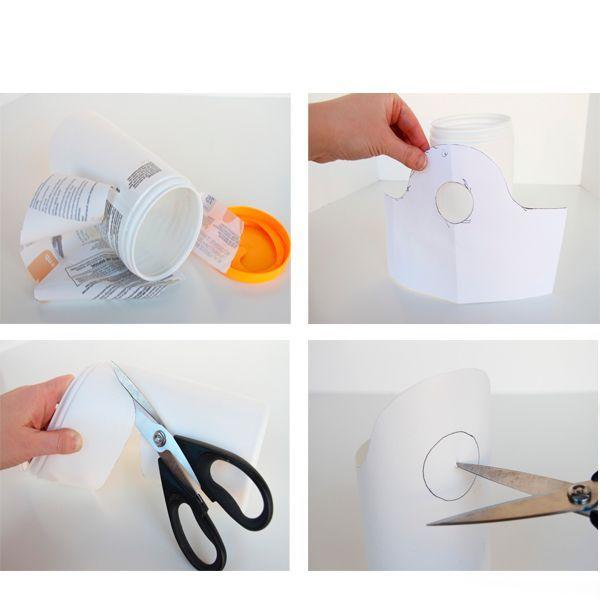 Пластик должен быть мягким, податливым, но в тоже время и плотным. Освобождаем от крышки и внешней этикетки. Из бумаги вырезаем выкройку (см. фото). Первоначально вырезаем форму органайзера по выкройке. А потом и отверстие для держателя.