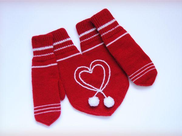 Сейчас зима, холодно, так почему бы не подарить своему любимому и себе варежки для влюбленных? Думаю, что такой подарок, непременно согреет, как руки, так и сердце вашему любимому.