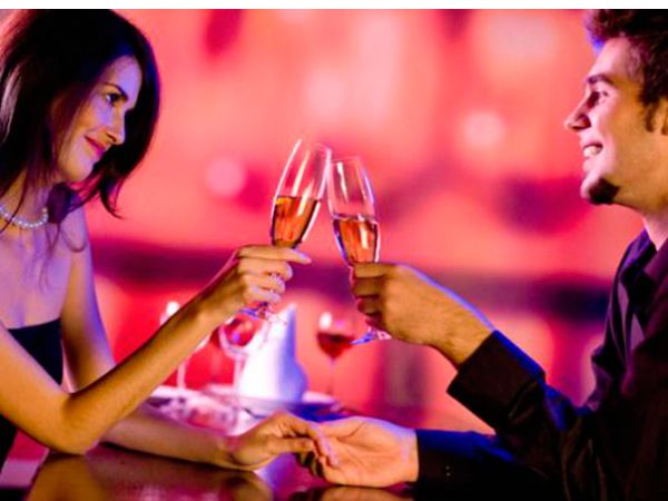 Отличным романтическим подарком может быть ужин при свечах и не обязательно в дорогом ресторане, а как раз в домашней, интимной обстановке, под легкую музыку и среди яств, приготовленных вами.