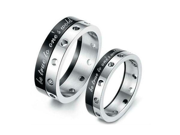 Парное украшение – символичный подарок, которые всегда будут напоминать о том, что вы одно целое. Самые распространенные парные украшения – кольца, кулоны, подвески, цепочки. Их можно приобрести в любом магазине украшений.