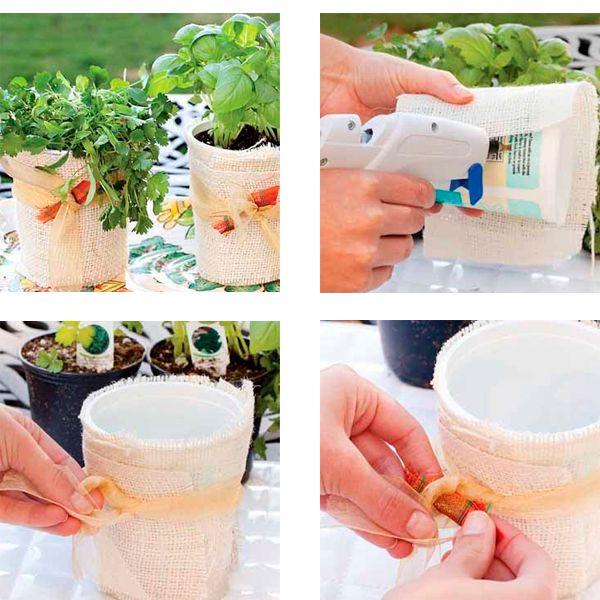Если у вас есть маленькие горшочки, с купленными в супермаркете комнатными растениями, то для них можно сделать простое и красивое кашпо. Для этого нам понадобится стаканчик из-под йогурта подходящего размера. Оклейте его тканью так, чтобы она была внахлест и чуть выше стаканчика.
