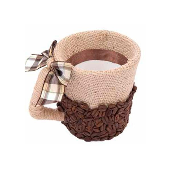 Сделать цветочный горшок, декорированный зернами кофе, можно из старой кружки, железной банки или другой любой подходящей емкости. Верхнюю часть горшка оклеиваем мешковиной, загибая внутрь 4-5 см. На внутреннюю часть горшка на мешковину приклеиваем ленту.